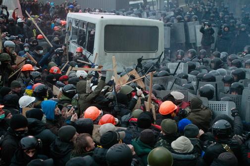 Enfrentamientos entre la policía y los manifestantes en Maidan, Kiev, Ucrania