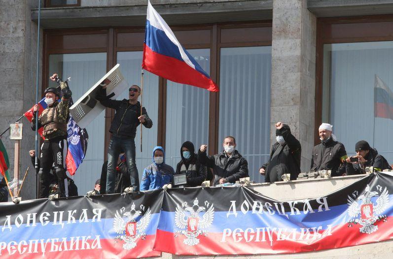 Activistas-Donetsk-Rusia-despliegan-Republica_Ucrania