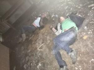 En esta foto el chico y la chica no murieron a causa del fuego, no hay evidencias de ello, sin embargo sus cabezas están dobladas de manera no natural, parece como si alguien les tocara.