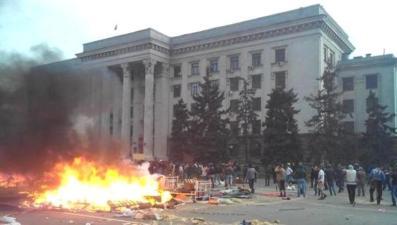 Carpas quemándose delante del edificio de los sindicatos en Odessa 2 de mayo