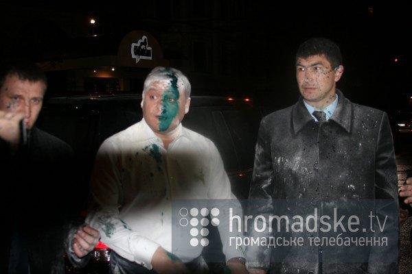 Dobkin recibido por la oposición con pintura verde