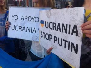 Nuestras pancartas de apoyo a Ucrania, pisoteados por algunos violentos activistas de la marcha 15M.