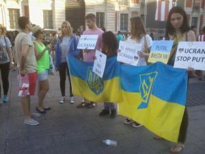 Algunos de los activistas que participaron hoy en el pequeño flesh-mob de apoyo a Ucrania.