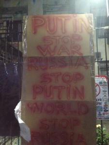 Carteles hechos por los activistas en la Embajada Rusa en Kiev