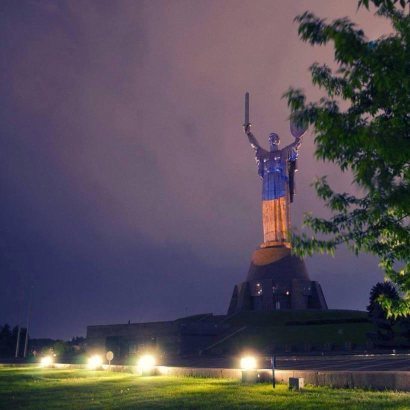 Estatua de la Madre Patria en Kiev iluminada con colores de la bandera nacional de Ucrania