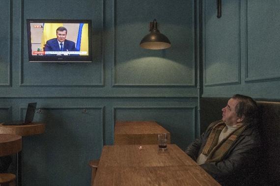 El derrocado presidente Viktor Yanukovich aparece en la televisión de Ucrania, en febrero (Alex Kuzmin / Reuters)