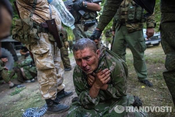 RIA Novosti tomando la foto en primer plano de un soldado ucraniano rehén de terroristas
