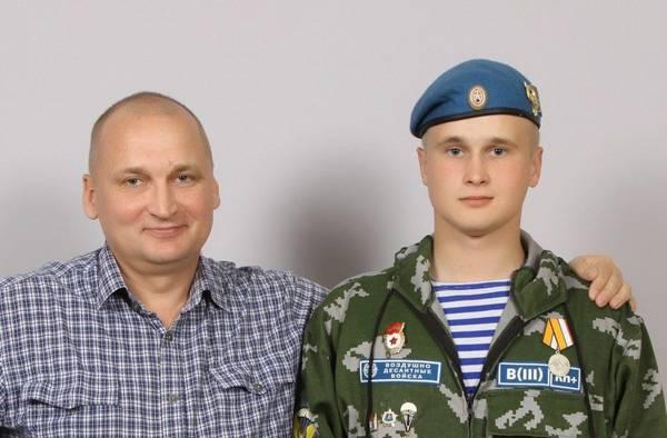 Kozlov luce su medalla, foto tomada con su padre