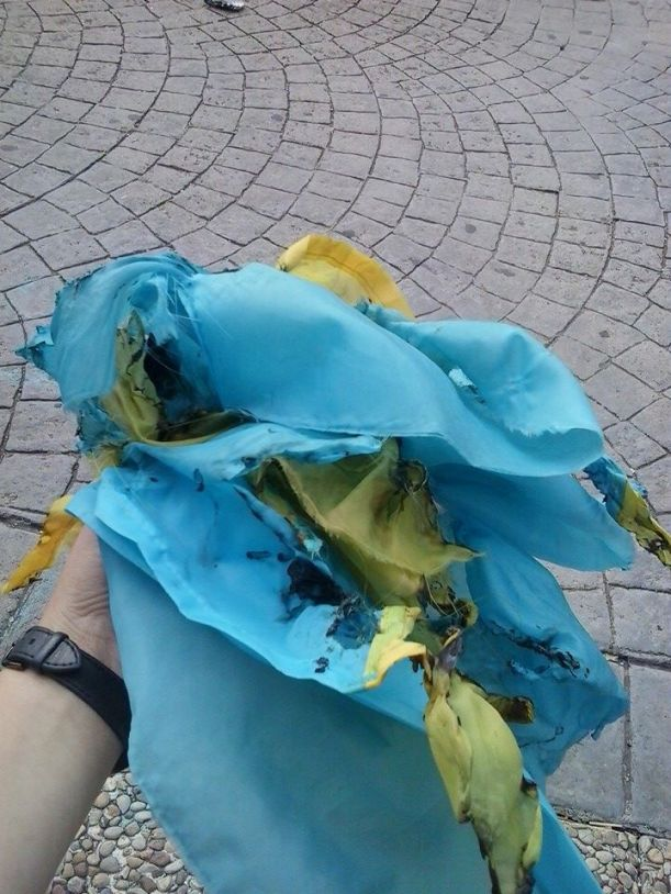 Bandera ucraniana quemada esta mañana en la Universidad Complutense de Madrid