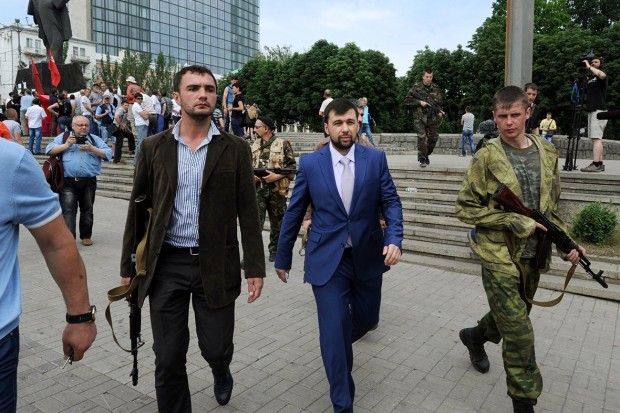 "Militantes pro-rusos armados escoltan a Denis Pushilin, el autoproclamado gobernador de la autoproclamada ""República Popular de Donetsk"" - AFP"