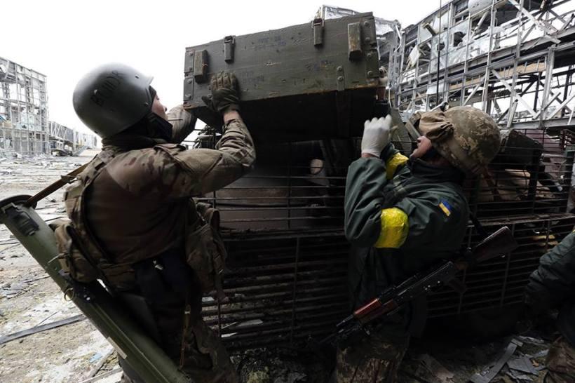 Cargan la caja en un vehículo blindado. Separables continuan disparando