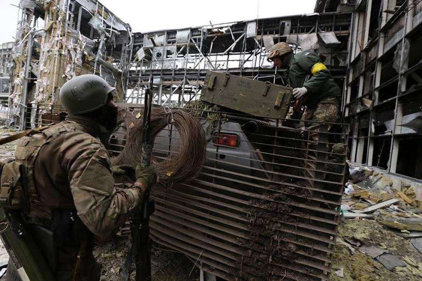 Aseguran el ataúd sobre la armadura. Separatistas continúan disparando