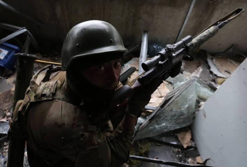 Este hombre arriesgó su vida para enviar tanquista a casa. Su nombre es Slavik. Se ofreció como voluntario. Nadie le obligó. Miren a sus ojos. Se quedó en el aeropuerto