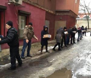 Los voluntarios de la organización Stántsia Járkiv descargan cajas de medicamentos y víveres.