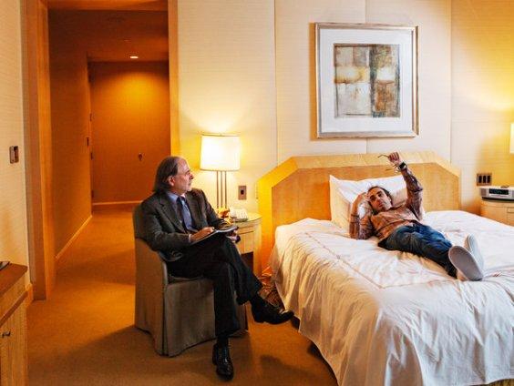 El psiquiatra de Shteyngart, el Dr. Richard Lacy, mantiene una sesión de terapia en el hotel. Sasha Rudensky para The New York Times
