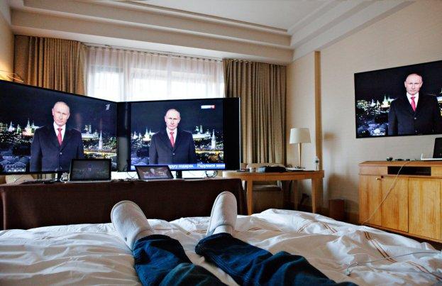 Gary Shteyngart en el hotel Four Seasons en Nueva York, donde vio la televisión rusa durante siete días. Sasha Rudensky para The New York Times
