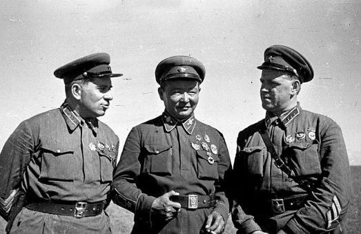 """Grigori Shtern (izquierda) y Georgy Zhukhov (derecha) con el líder de la República Popular de Mongolia, Khorloogiin Choibalsan (centro) en Khalkhin Gol. La batalla de Khalkhin Gol entre la URSS y Japón en las fronteras de la """"República Popular de Mongolia"""" en 1939 es un conflicto olvidado en el oeste, aunque su resultado, el completo fracaso de los ataques japoneses en Mongolia, marcaria profundamente la planificación estratégica japonesa y soviética para el resto de la Segunda Guerra Mundial. Fue aquí donde Zhukhov comenzó a destacarse como general, aunque el frente fue dirigido por Shtern, nacido en Smila en 1900. Shtern era por aquel entonces un experimentado comandante, habiendo resuelto otra invasión japonesa de territorio soviético en la batalla del lago Khasan en 1938. Shtern también participó en la guerra del invierno, la invasión soviética de Finlandia. En 1941 fue arrestado y ejecutado bajo las órdenes de Beria a causa de su supuesto """"trotskismo""""."""