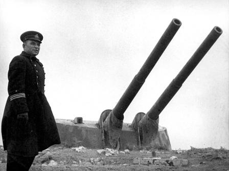 Leshchenko junto a una torreta de la batería costera 35.
