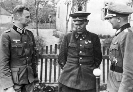 Ivan Muzychenko, nacido en Rostov-on-Don, rodeado por dos oficiales de la Wehrmacht. Después de la Segunda Guerra Mundial fue investigado por la policía secreta soviética por supuesta