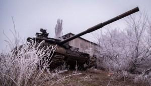 Un tanque del ejército ucraniano está estacionado en una base próxima a la aldea de Peski, Región de Donetsk, el 16 de febrero de 2015. (AFP)