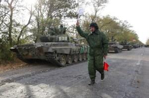 Soldados separatistas pro-rusos retiran sus tanques de las posiciones cercanas a la ciudad de Novoazovsk en el Oblast de Donetsk, el 21 de octubre (AFP)