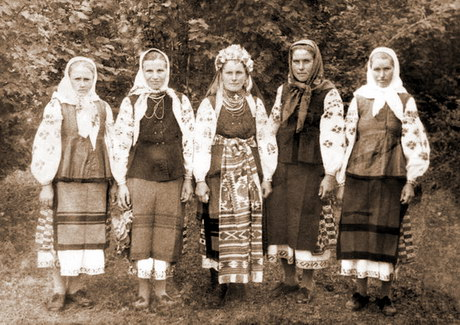 Mujeres ucranianas en traje ncional