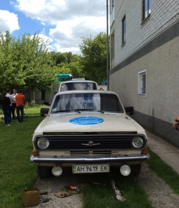 """Oleh trasladó a casi todos los ancianos por sus propios medios en su antiguo """"Volga"""". Ahora el coche se encuentra en medio del patio como objeto de exposición."""