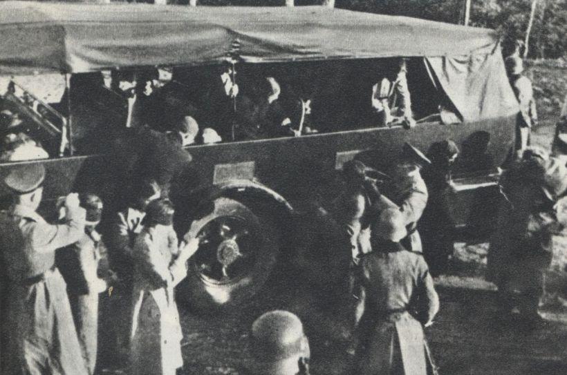 prisioneros-polacos-con-los-ojos-vendados-para-ser-ejecutados