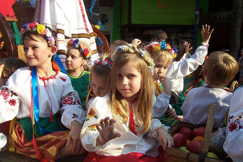 800px-Ucranianos-Desfile-Fiesta-Inmigrante-Obera